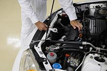明成自動車は第1車庫に専門スタッフおよび修理設備を備えており、お客様の大事な財産である車に対して以下の基準に基づき、徹底した保証制度を行っております。